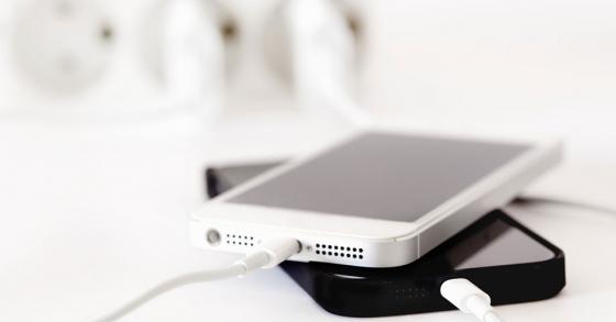 Sạc iPhone qua đêm, liệu có an toàn? Sạc thế nào mới đúng cách?