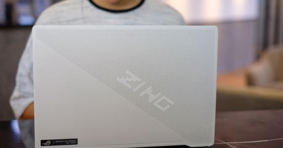 Laptop game 14 inch mạnh mẽ 'làm đẹp' theo cách lạ